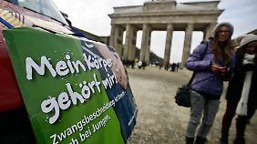 Vor dem Brandenburger Tor demonstrierten Gegner der Zwangsbeschneidung.