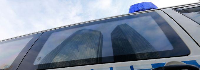 Aufregung in Frankfurt: Erst kommen die Ermittler, dann folgt auch noch eine Gewinnwarnung.