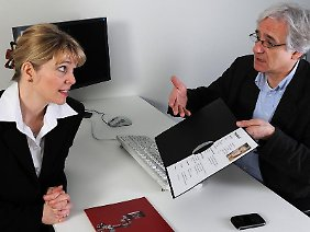 """""""Wissen Sie, momentan ist mir die Karriere einfach wichtige""""»: Stellen Personaler im Bewerbungsgespräch unzulässige Fragen, dürfen Jobsuchende ungeniert lügen."""