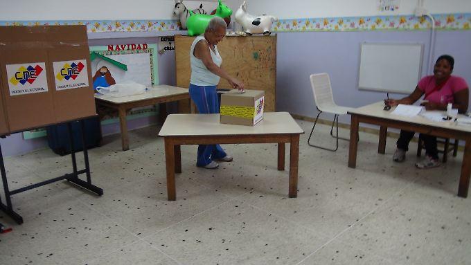 Einwohner von Petare geben ihre Stimme ab.