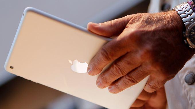 In Palo Alto betrachtet ein Kunde ein iPad Mini.