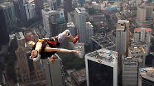 Skyfall: Der französische Basejumper Florian Pays genießt den rasanten Sturz vom 421 Meter hohen KL Tower in Kuala Lumpur.