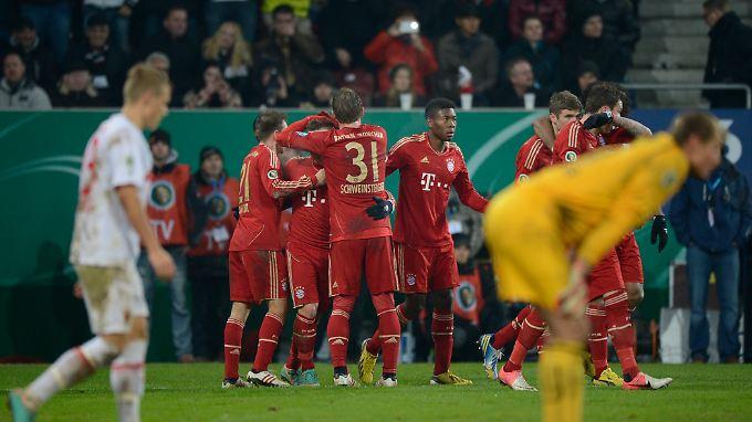 Auch in Unterzahl besser: Der FC Bayern zog in Augsburg souverän ins Pokal-Viertelfinale ein.