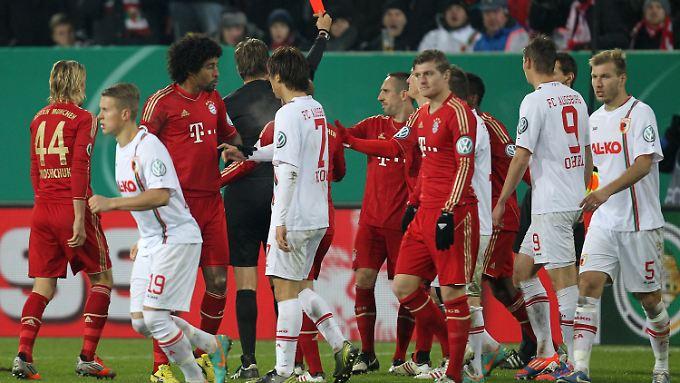 Rot für Ribery: In der 47. Minute flog Bayerns französischer Dribbelkönig gegen Augsburg vom Platz. Zu Unrecht, findet Bayern-Boss Karl-Heinz Rummenigge.