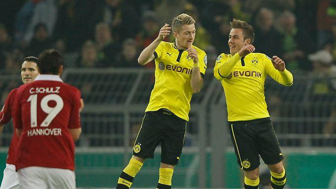 Wer nicht hüpft, der ist ein Schalker: Reus und Götze freuen sich auf ihre Weise beim Pokalspiel gegen Hannover. Götze trifft drei Mal.
