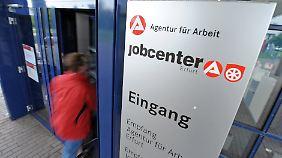 In den Jobcentern gibt es für alte Arbeitslose zumeist keine Jobs.