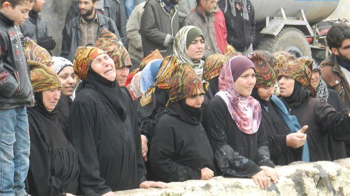 Angehörige von Getöteten Trauern in Houla.