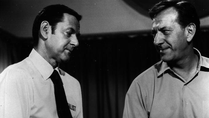 """Jack Klugman (re.), mit seinem """"Männerwirtschaft""""-Kollegen Tony Randall."""