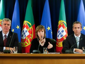 Veni, vidi, Vinci: Staatssekretärin Maria Luís Albuquerque erläutert die Details der Privatisierung (mit Regierungssprecher Luis Marques Guedes, l. und Staatssekretär Sergio Silva Monteiro).