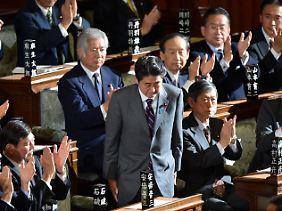 Vor Shinzo Abe liegt ein Berg von Arbeit.