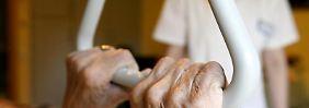 Pflege kann das Ersparte auffressen - eine private Pflegezusatzversicherung soll ab 2013 staatlich bezuschusst werden.