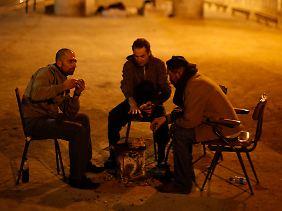 Obdachlose unter einer Brücke in Lissabon.