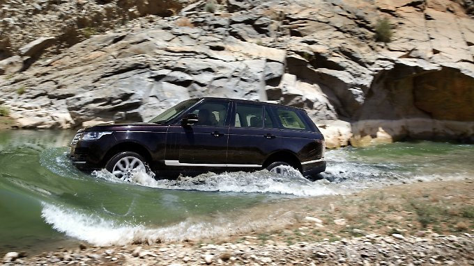 Seit vier Jahrzehnten gibt es Modelle der Marke Range Rover. Seitdem hat sich das Design einmal geändert, die Technik wurde häufiger verfeinert.