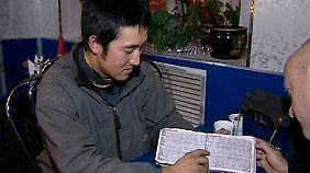 Haruhisa Watanabe vor Kurzem im Gespräch mit einem Journalisten in Petrosawodsk.