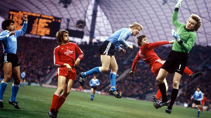 Saison 1978/79: Horst Hrubesch (Mitte, HSV) im Münchener Strafraum, schaut Jimmy Hartwig zu, wie sich sein Teamkollege gegen Udo Horsmann, Klaus Augenthaler und Torwart Sepp Maier (v.li., alle Bayern) durchsetzt.