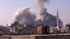 In Homs schlagen weiterhin Raketen der syrischen Armee ein.
