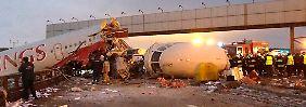 Die Feuerwehr kann den Brand schnell löschen, aber für einige an Bord kommt die Hilfe zu spät.