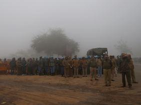 Polizisten wachen in Neu Delhi vor dem Krematorium.