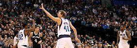 Auch die klaren Ansagen von Nowitzki (M.) haben nicht geholfen: Die Mavericks verlieren erneut.