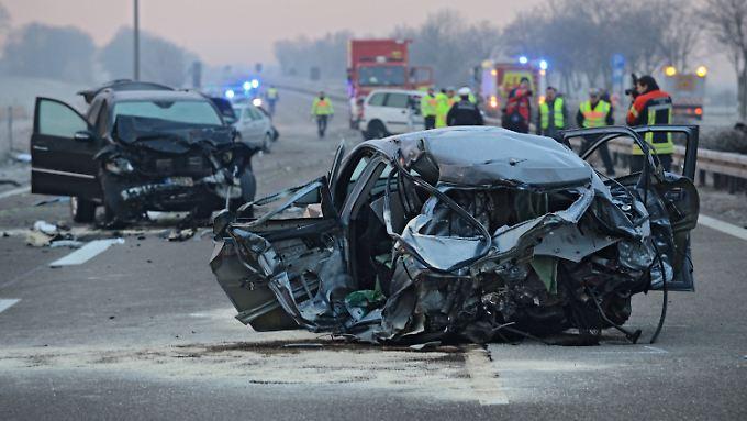Drei Menschen sterben bei Ulm: Zwölf Fahrzeuge rasen ineinander