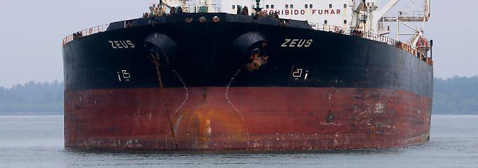 """Der Ölpreis steigt, die Fracht wird wertvoller: Ein Öltanker namens """"Zeus"""" in den Gewässern vor Singapur."""