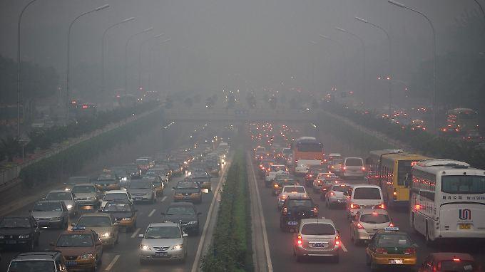 Der Autoverkehr in Peking fährt oft an der Schmerzgrenze - Experten fürchten, die neuen Regeln könnten dies noch verstärken.