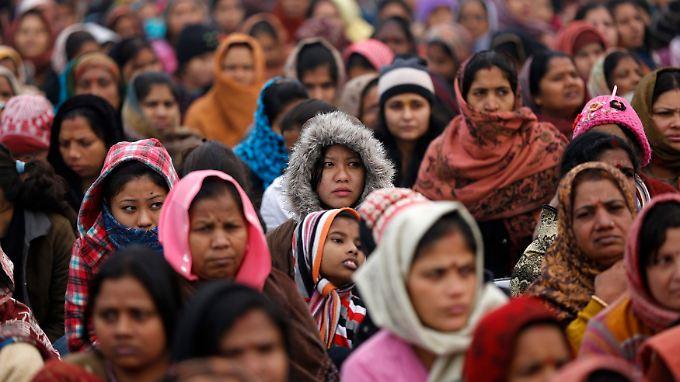 Nach wie vor gedenken Inderinnen der vergewaltigten und getöteten Frau, wie hier in Neu Delhi.