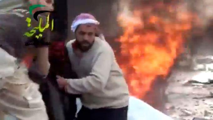 Diese Bilder sollen die Reste der Tankstelle zeigen, nachdem sie von Regierungstruppen attackiert worden ist.
