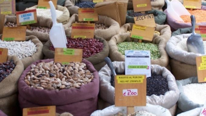 Fast wie im Orient: Reiche Auswahl an Hülsenfrüchten auf einem Markt in Meran.