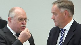 Technik-Chef Amann (l.) und Flughafenchef Schwarz stehen Rede und Antwort im Potsdamer Landtag.