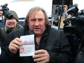 Depardieu präsentiert seine neue Staatsangehörigkeit.