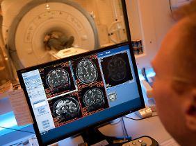 Ein Mann, der an der simulierten Reise zum Mars teilgenommen hat, wird in einem MRT-Gerät untersucht.