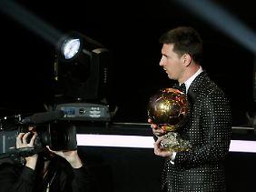 Fast schüchtern nahm Messi die erneute Auszeichnung als bester Fußballer des Planeten in Empfang.