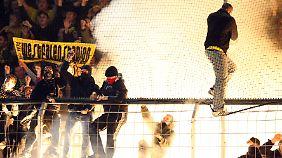Fans zünden Bengalos im Dortmunder Stadion.