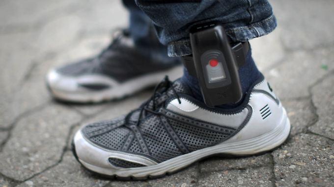 Die Fußfessel ermöglicht es den Justizbehörden, entlassene Straftäter zu orten.