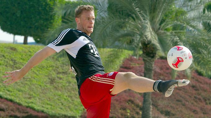 Mit Socken im Sandkasten: Manuel Neuer, Torwart und Ballkünstler des FC Bayern.