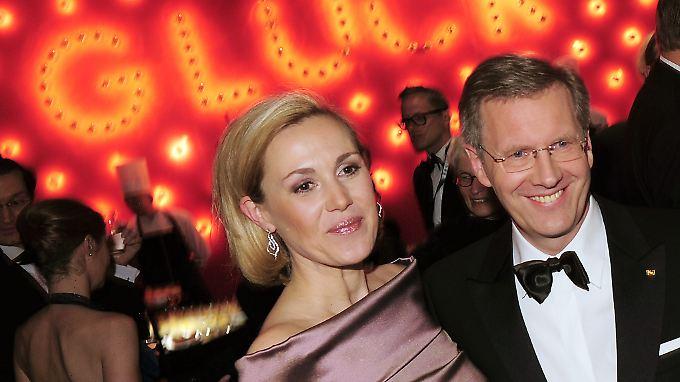 Nico Hofmann will trotz des Scheiterns der Wulff-Ehe einen Film über den Fall des früheren Bundespräsidenten drehen.