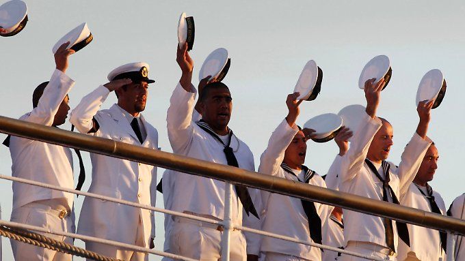 """Besatzungsmitglieder der """"Libertad"""" beim Einlaufen des Schiffes in den Haften von Mar el Plata."""