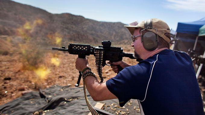 Waffennarren probieren ihre Maschinenpistolen in Arizona aus.