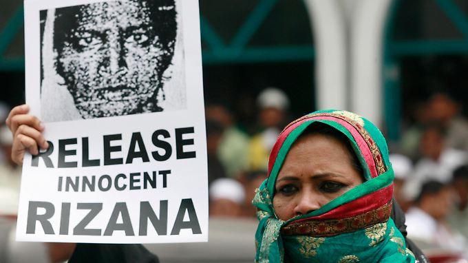 In Colombo versuchten Demonstranten vor der saudi-arabischen Botschaft die Justiz des Königreichs zum Einlenken zu bringen.