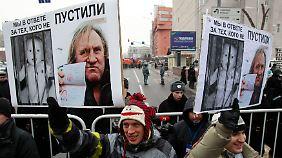 Demonstration in Moskau gegen das US-Adoptionsverbot - und gegen den neuen Mitbürger.