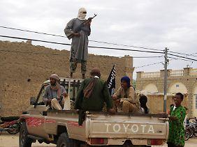 Sturmgewehre und robuste Pickup-Trucks: Kämpfer der islamistischen Ansar Dine in Timbuktu (Archivbild).