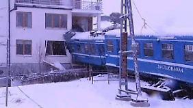 Von Putzfrau in Schweden entführt: Zug bohrt sich in Wohnhaus
