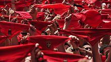 """Reckt das Halstuch: beim """"Chupinazo"""" (Txupinazo), der Eröffnung des Festes zu Ehren des Schutzheiligen San Fermín."""