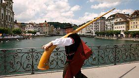 """Auch das Alphorn könnte etwas mit dem Jodeln zu tun haben. Es ist Gegenstand der """"Instrumentalthese""""."""