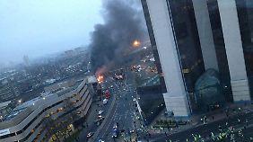 Gegen Kran geflogen: Helikopter stürzt auf Londoner Zentrum