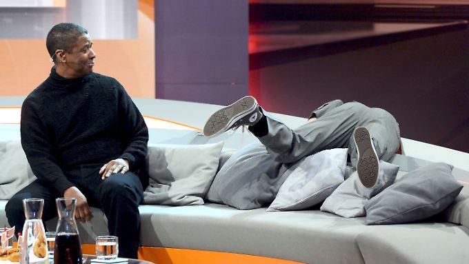 Ralf Schmitz scheint etwas zu suchen, Denzel Washington sieht zu.