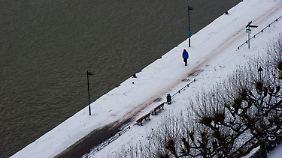 Schneegebiet weitet sich aus: Eisregen sorgt für glatte Straßen