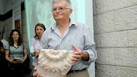 Archäologe Ehud Netzer mit einem Fragment des Sarkophages von König Herodes. Netzer ist 2008 bei der Vermessung der Funde tödlich verunglückt.