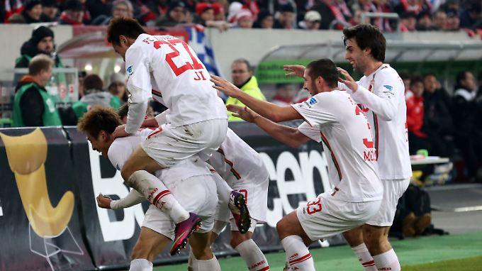 Augsburger Jubel nach dem Tor von Ja-Cheol Koo: Der FC darf auf eine  Initialzündung im Abstiegskampf hoffen.